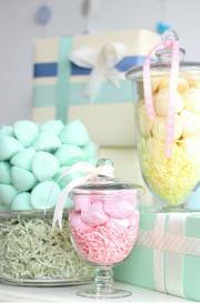 צנצנות ענק מלאות ממתקים בצבעים פסטלים