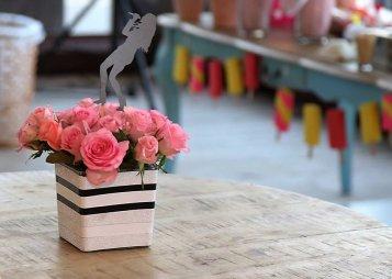 סידור פרחים עם קישוט דמות שרה