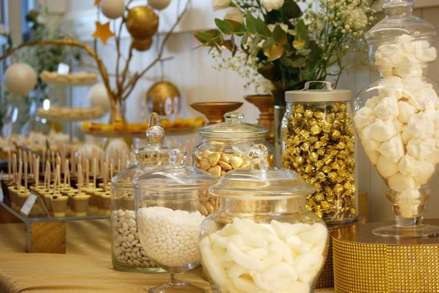שולחן קינוחים בזהב ולבן