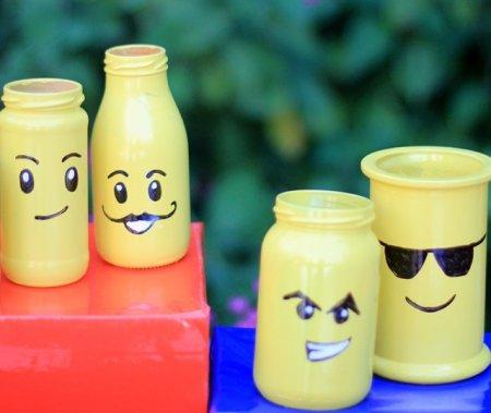 בקבוקים צהובים עם פרצופים