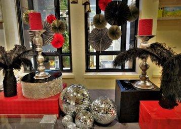 עיצוב שולחן באדום שחור וכסף