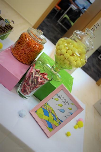 ממתקים צבעוניים בצנצנות
