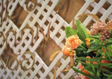 רשת עץ לבנה ופרחים