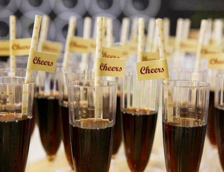 כוסות שתייה עם כיתוב cheers