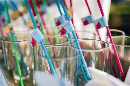 כוסות עם קשים צבעוניים