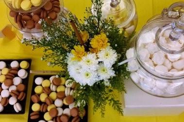 שולחן מעוצב בגווני דבש