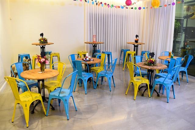 שולחנות וכיסאות בצבעי כחול וצהוב