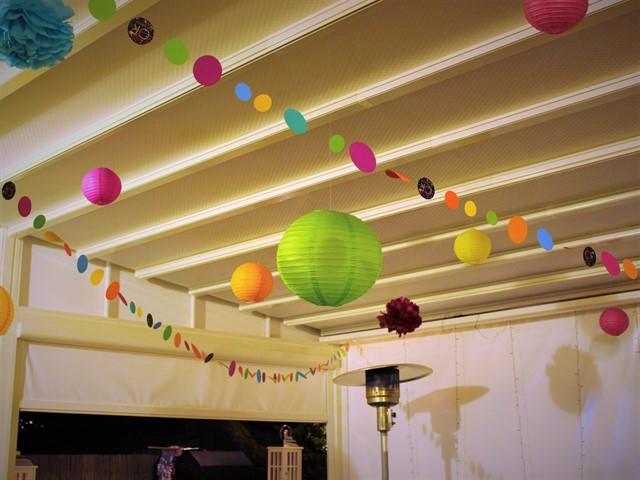 חלל מעוצב בשרשראות וכדורים צבעוניים