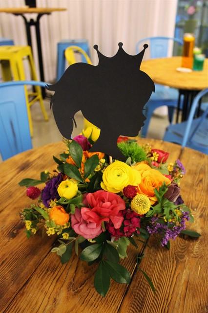 פרחים צבעוניים עם דמות ילדה