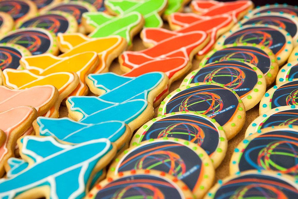 עוגיות צבעוניות בצורת מטוסים