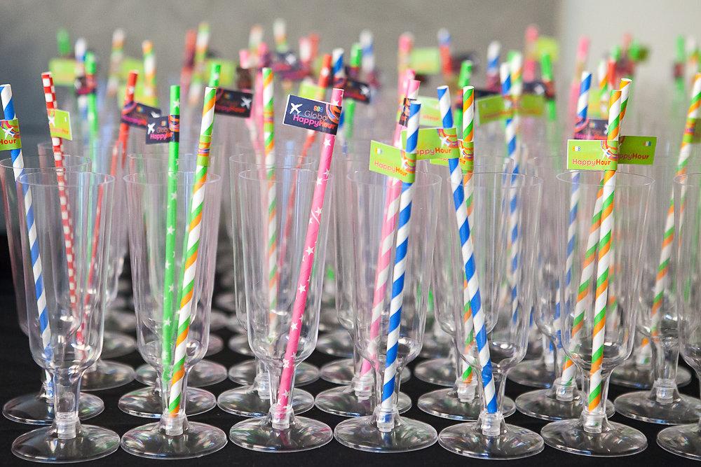 כוסות שמפנייה עם קשים צבעוניים