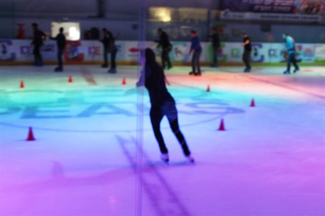 אישה מחליקה על הקרח