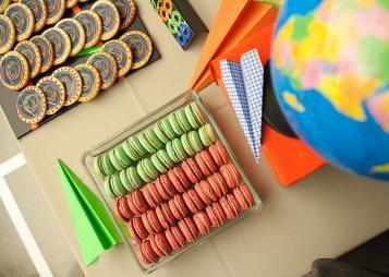 שולחן קינוחים בעיצוב צבעוני מסביב לעולם