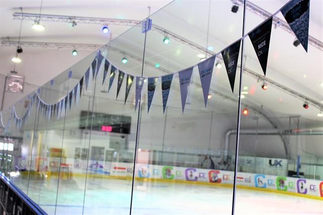 דגלונים על זכוכית היכל קרח