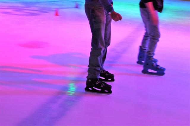 אנשים מחליקים על הקרח