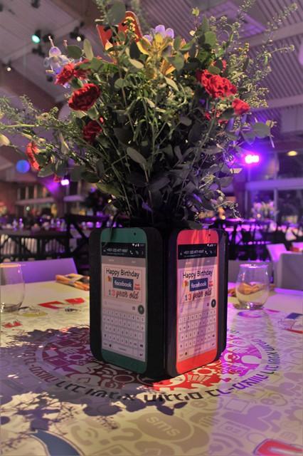 מרכז שולחן בצורת טלפון עם פרחים