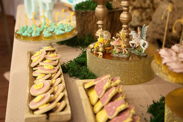 שולחן קינוחים בצבעי זהב וורוד