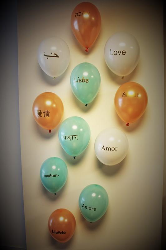 """בלונים מקושטים עם המילה """"אהבה"""" בשפות שונות"""