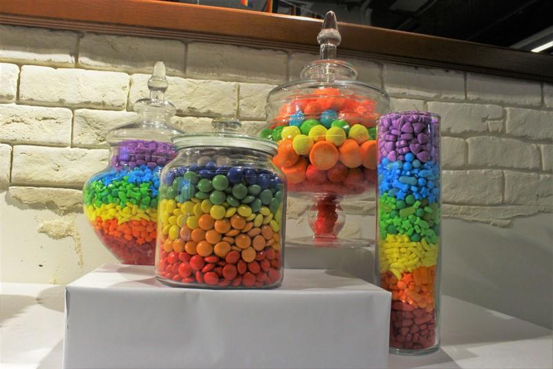 ממתקים מסודרים לפי צבעי הקשת