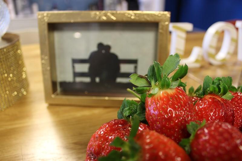 תותים ומסגרת עם זוג אוהבים