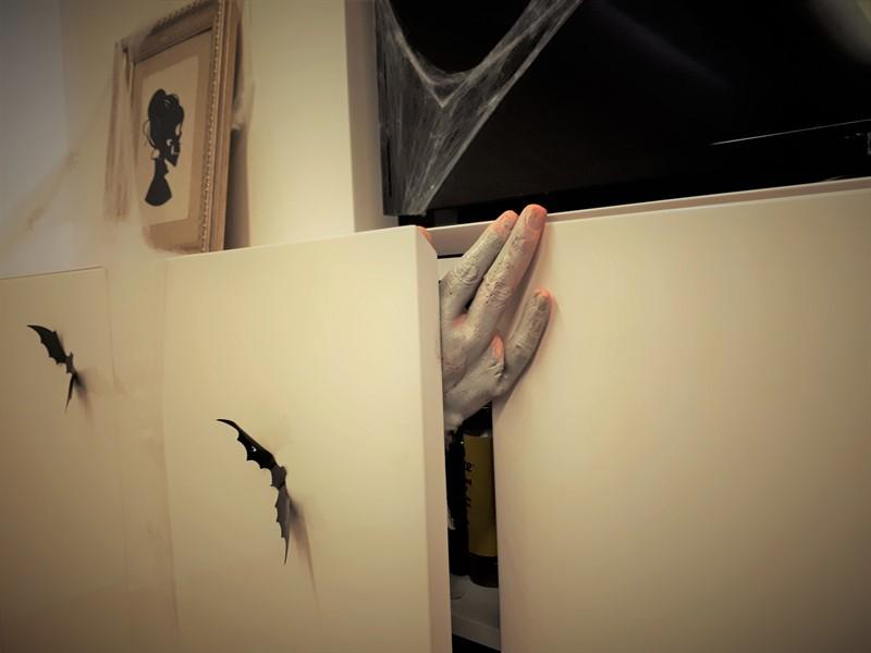 יד של זומבי יוצאת מארון