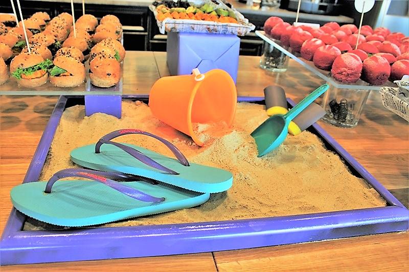אלמנטים של ים בחול על שולחן מעוצב עם קייטרינג