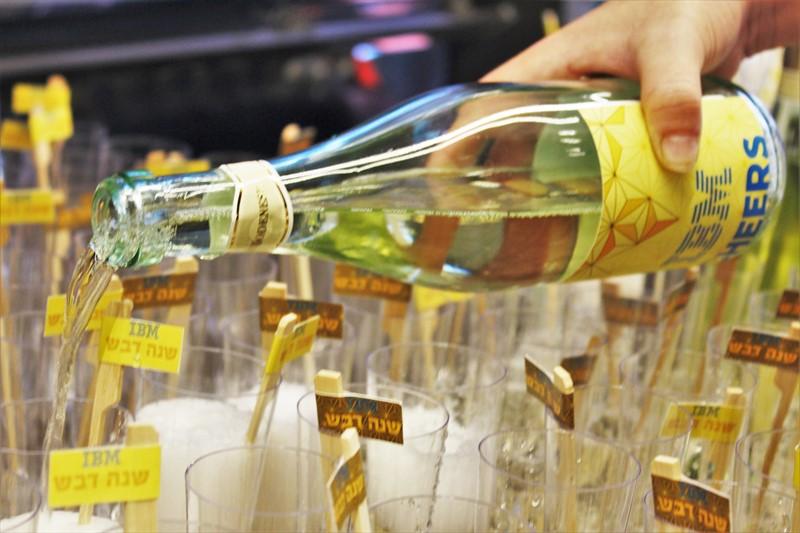 מזיגת שמפניה לכוסות