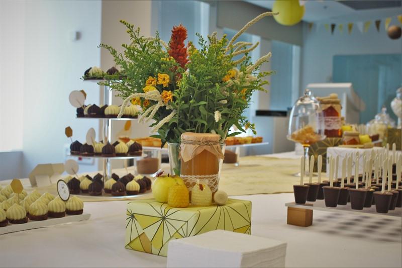 שולחן קינוחים מעוצב עם פרחים