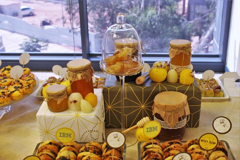 עיצוב בסגנון ראש השנה עם דבש ודבורים