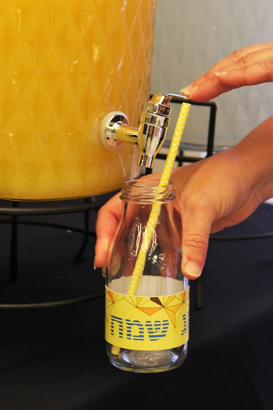 מזיגת מיץ לבקבוק ממותג