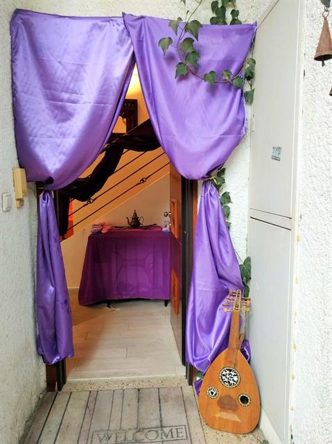 כניסה לבית עם וילונות סגולים