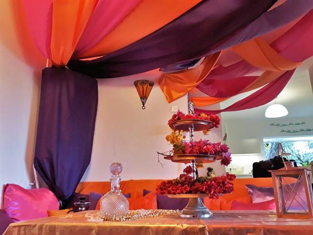 חדר מעוצב כארמון בצבעי כתום ורוד סגול